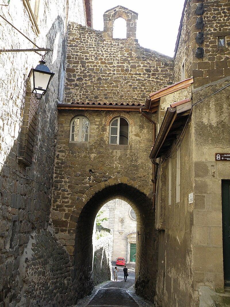 Le Puy-en-Velay Rue & Porte Saint-Georges.JPG