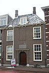 foto van Hof van Francois Houttuyn met negen woninkjes, sobere ingangspartij