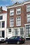 foto van Huis met rechte gevel, kroonlijst met jaartal 1780 en gesneden consoles