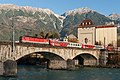 Mühlauer Eisenbahnbrücke mit Zug.jpg