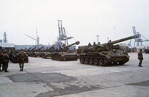 M110 howitzer - U.S. Army M110A2 howitzers in a staging area prior to transport, Port of Antwerp, 1984