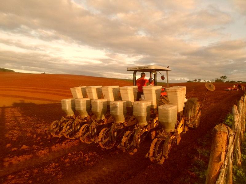 File:Maquinário utilizado na agricultura.JPG