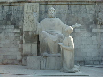 Photo de la statue centrale représentant Machtots et son disciple Korioun.