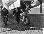 Minister van Defensie, S. J. van der Bergh bezoekt de Koninklijke Marine . De m…, Bestanddeelnr 910-4342.jpg