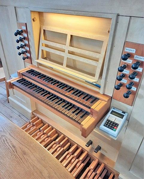 Datei:Ottobrunn, Kath. St. Otto (Kerssenbrock-Orgel, Spieltisch) (1).jpg