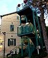 P1190889 - בית הכט מאחור - לבית הישן צורפו מדרגות חדשות.JPG