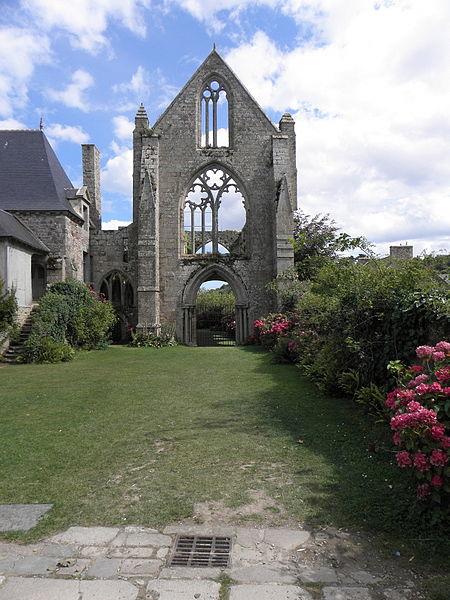 Façade occidentale de l'abbatiale de Beauport en Paimpol (22).