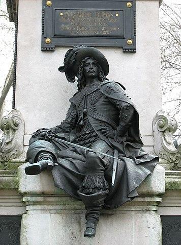 Д'Артаньян на постаменте памятника Дюма в 17-м округе Парижа