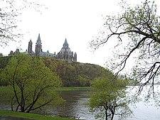Parlemen kanada di atas sungai ottawa di ottawa , ontario