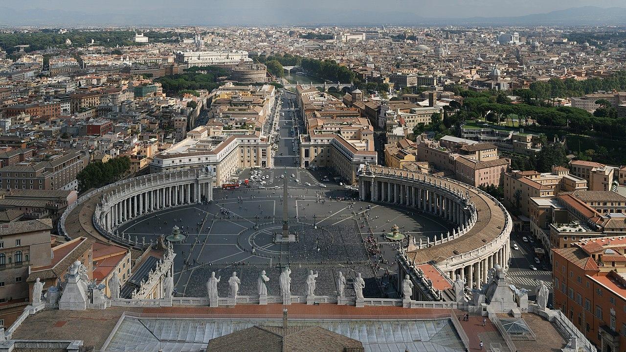 La place Saint-Pierre vue du dôme de la basilique Saint-Pierre au Vatican. La basilique Saint-Pierre a été dessinée par l'architecte italien Gian Lorenzo Bernini. (définition réelle 6000×3371)