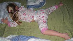 Fillette endormie vêtue d'un pyjama à jambes courtes