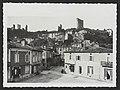 Place de la Chevalerie à Bourdeaux avec vue sur le café du commerce et les ruines du château (34554031562).jpg