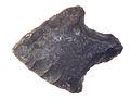 Pointe de flèche néolithique Plouhinec musée de Bretagne D2004.0001.75.jpg