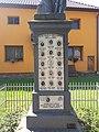 Pomník padlým v Prasklicích ve středu obce 2.jpg