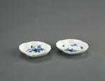 Porslin. Två nålfat, vita med blå dekor - Hallwylska museet - 89171.tif