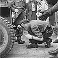 Prins Bernhard bij zijn jeep na een aanrijding, Bestanddeelnr 900-2858.jpg