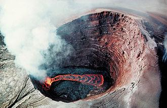 Puʻu ʻŌʻō - Image: Puu Oo Crater Lava pond 1990