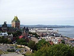De stad Québec met links het Château Frontenac en rechts de Saint Lawrencerivier.