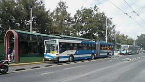 Trolleybuses in Quito - A trolleybus stopped at one of the high-platform stations typical of the line.