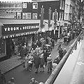 Regen in Sinterklaastijd, Zwarte Pieten aan gevel V&D, Bestanddeelnr 911-7760.jpg