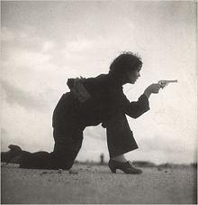Una miliziana repubblicana mentre si addestra sulla spiaggia di Barcellona (agosto 1936)[5]
