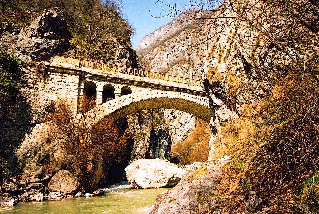 1024px Rugova Canyon Bridge%2C Peja ✧ Peja (Pec) im Kosovo - Kur-und Kulturstadt von Kosovo ✧ Local City Guide