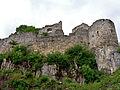 Ruine Hohen Urach; nord - östliche Ringmauer - rechts die Reste eine Ringmauerturms - oben die Ostfassade des gotischen Baus (7575071046).jpg