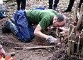 Rundkvist gräver upp ett svärd 2007.jpg
