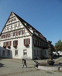 Süßen - Rathaus ab 1512, Fachwerk, mit Brunnen.JPG