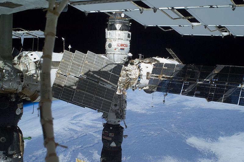 Fichier:STS-129 EVA3 Poisk Pirs and Progress.jpg