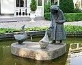 Sculptuur Vrouw voert ganzen Loolaan Apeldoorn.JPG