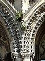 Soissons (02), abbaye Saint-Jean-des-Vignes, abbatiale, façade occidentale, retombées des archivoltes entre le portail de gauche et le portail central.jpg