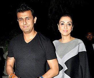Sonu Nigam - Nigam with wife Madhurima at Rakesh Roshan's birthday bash in 2017