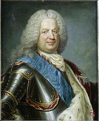 Portrait en buste. Stanislas coiffé d'une perruque grise porte la cuirasse, et le manteau d'hermine est accroché sur son épaule gauche