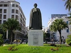 Statue d'Ibn Khaldoun sur la place de l'Indépendance
