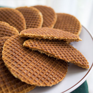 <i>Stroopwafel</i> Thin waffle made with caramel syrup filling