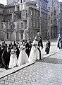 Szent István tér a Szent István-bazilika főbejárata előtt, háttérben jobbra a Hercegprímás (Wekerle Sándor) utca házsora. Fortepan 105203.jpg