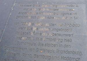 Aktion T4 Gedenktafel aus Stahl im Gehweg vor ...