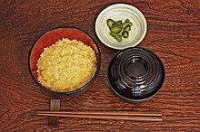 Tamago kake gohan (sulla sinistra), Tsukemono e zuppa di miso