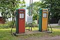 To gamle drivstoffpumper ved gård på Helgøya.JPG