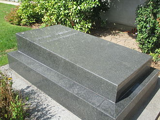 Pierre Fresnay - The grave of Fresnay and his companion Yvonne Printemps at the cemetery in Neuilly-sur-Seine