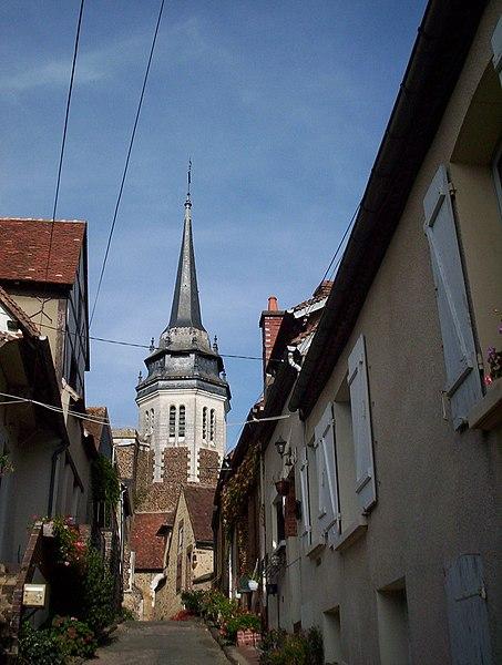 Toucy dans l'Yonne (89)   Ruelle de Toucy montant vers l'église Saint Pierre