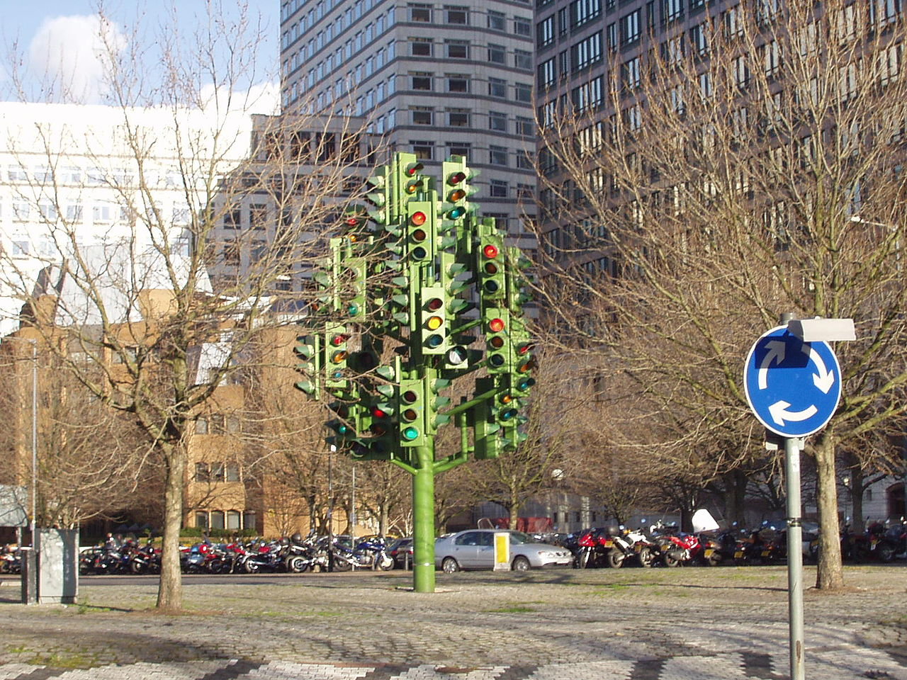 1280px-Traffic_Light_Tree_Canary_Wharf.j