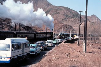 Beijing–Baotou Railway - Image: Train and traffic going to the Great Wall