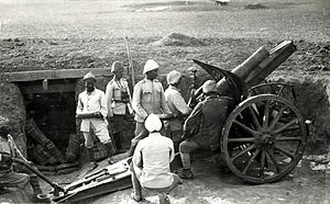 Sinai and Palestine Campaign - 10.5 cm Feldhaubitze 98/09 and Ottoman artillerymen at Hareira in 1917 before the Southern Palestine offensive