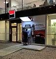 Un homme retirant de l'argent à un distributeur au Britannia à Lyon.jpg
