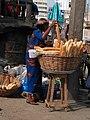 Une revendeuse de baguettes(pain) à Cotonou.jpg