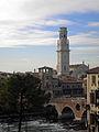 Verona - la cattedrale e il ponte di pietra, visti dall'Adige.jpg