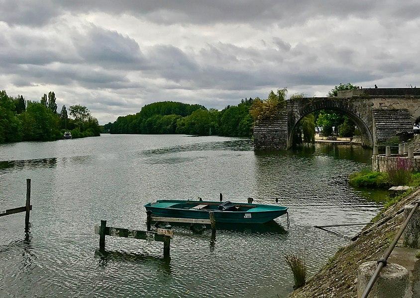 Construit sous Louis XIV, ce pont est démoli progressivement et les restes ont été inscrites au titre des Monuments historiques.