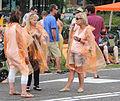 Vrouwen kijken hoe komt de tour langs door Nissewaard.jpg